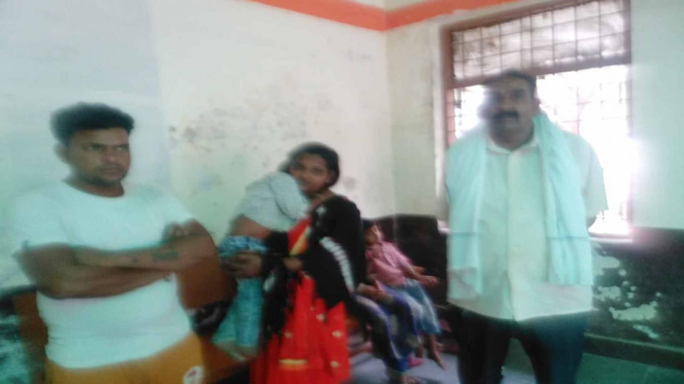 वाराणसी: पैदल लखनऊ जा रहे भूखे परिवार को तहसीलदार के ड्राईवर ने खिलाया अपने टिफिन का खाना