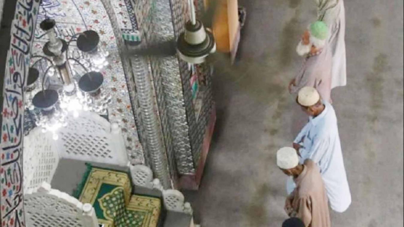 बहराइच में मस्जिद में नमाज के लिए जुटी भीड़, रोकने पर पुलिस पर हमला, मौलवी सहित 32 गिरफ्तार