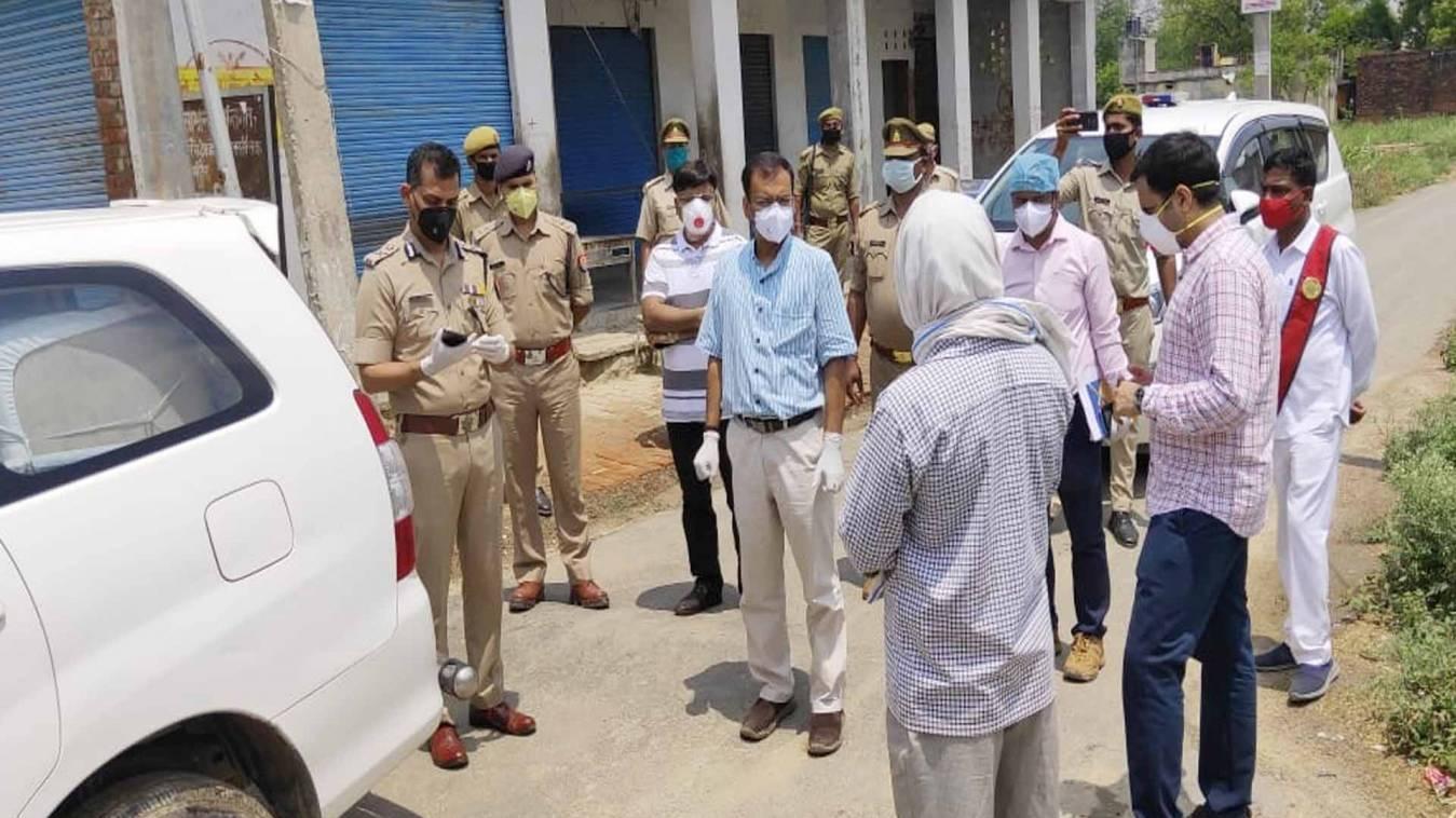 वाराणसी: कमिश्नर व आईजी ने अर्जुनपुर गांव का किया निरीक्षण, 14 लोगों को भेजा कोरेनटाइन