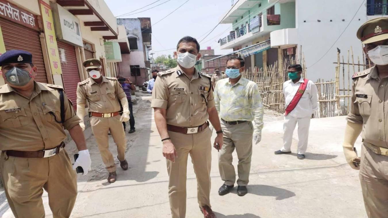 वाराणसी: आईजी और कमिश्नर ने हॉटस्पॉट सूजाबाद का किया निरीक्षण, दिए आवश्यक निर्देश
