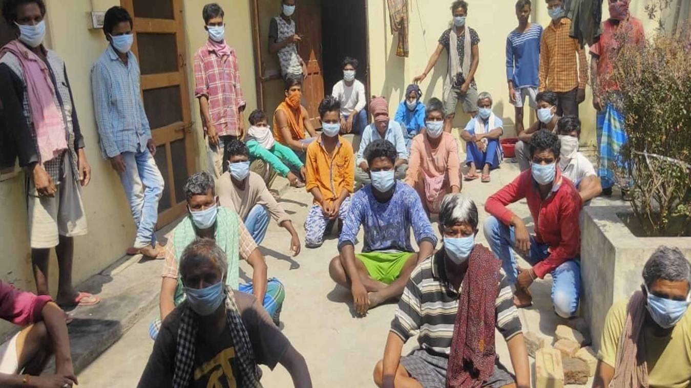 वाराणसी: मजदूर दिवस पर आधे पेट खाकर माड़-भात, 41 मजदूरों ने गुजार दी पूरी रात