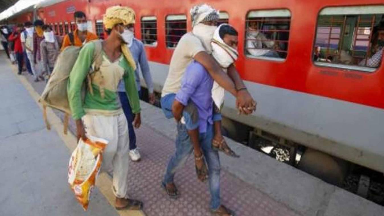 श्रमिकों से किराया वसूलने के आरोप पर रेलवे ने दिया जवाब, कहा- हम नहीं बेच रहे हैं कोई टिकट