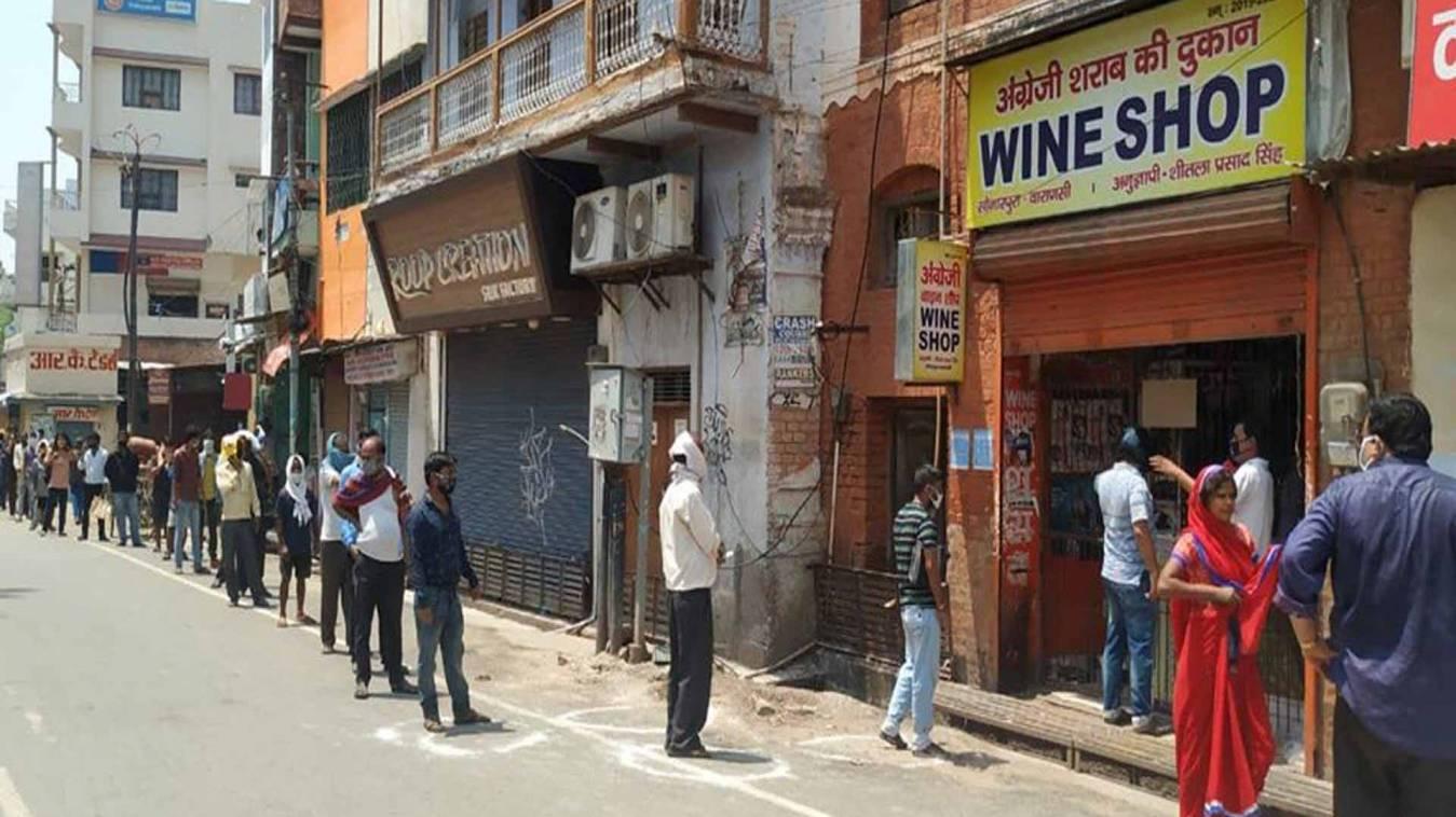 वाराणसी: डीएम के आदेश पर भारी शराब की खुमारी, तस्वीरों में देखिएं भयानक दृश्य
