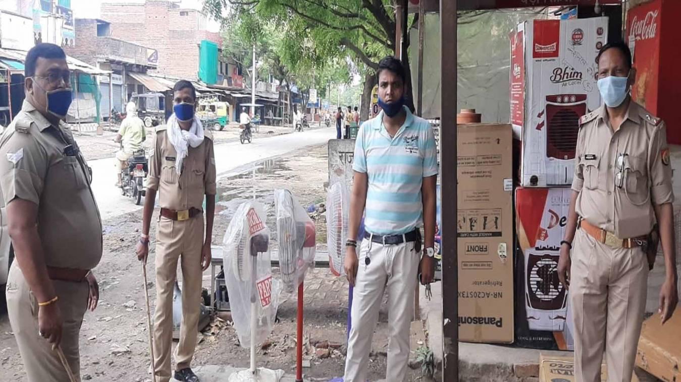 वाराणसी: जंसा पुलिस ने दुकानदारों को सोशल डिस्टेंसिंग का पालन करने के लिए किया जागरूक