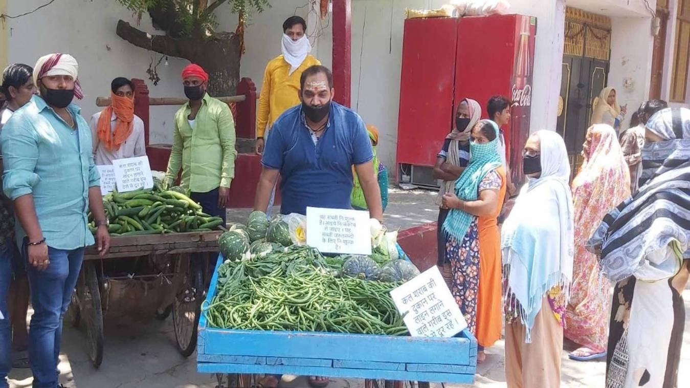वाराणसी: जरूरतमंदों में नि:शुल्क वितरित कर रहे हरी सब्जियां, कहा- शराब में न उड़ाएं अपनी पूंजी
