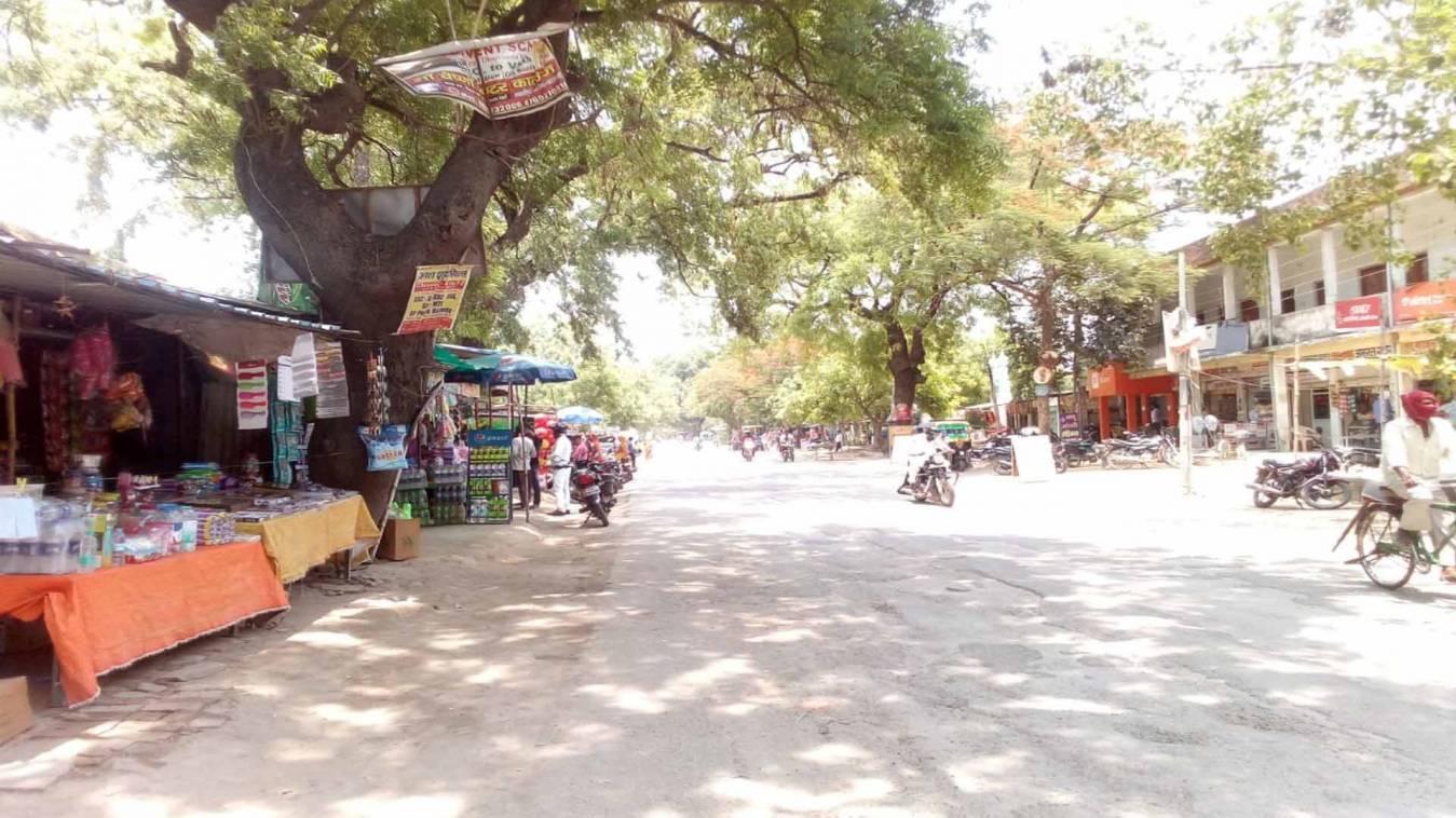 वाराणसी: ताक पर रखकर डीएम का फरमान, चोलापुर में खुल रहीं दोनों तरफ दुकान