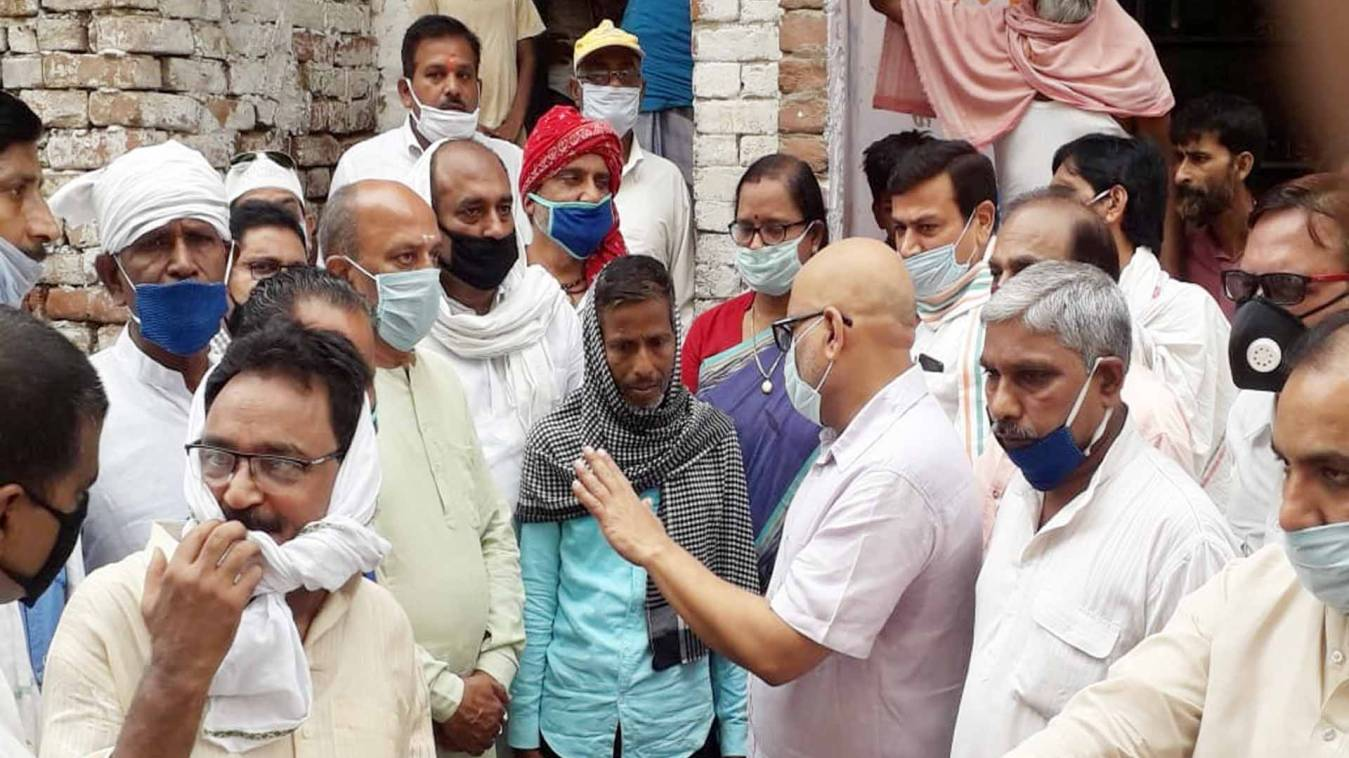वाराणसी: रामनगर में डूबे बच्चों के परिवार से मिले अजय राय, दिया आर्थिक मदद का आश्वासन