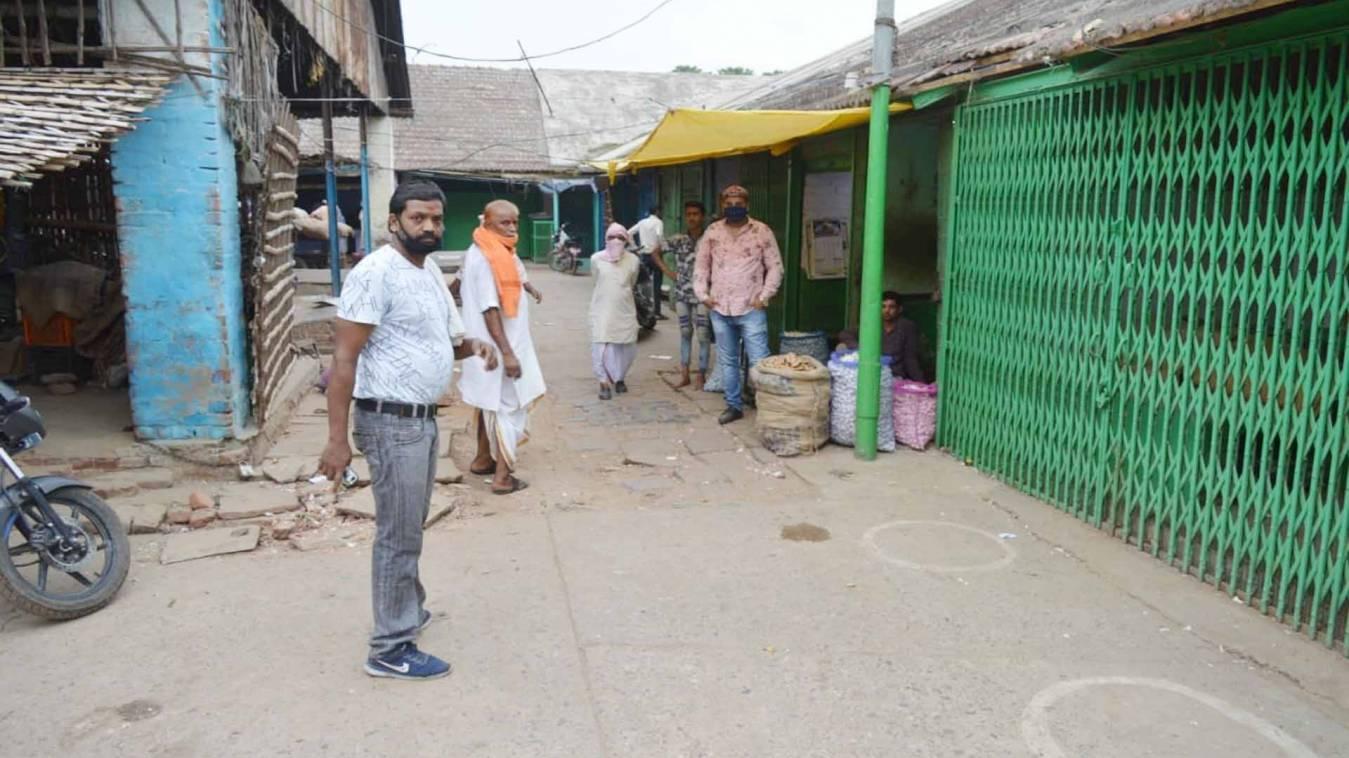 वाराणसी: 'भूखमरी के कगार पर आ गया परिवार, खोलते हैं दुकान तो बेरहमी से पीटती है पुलिस'