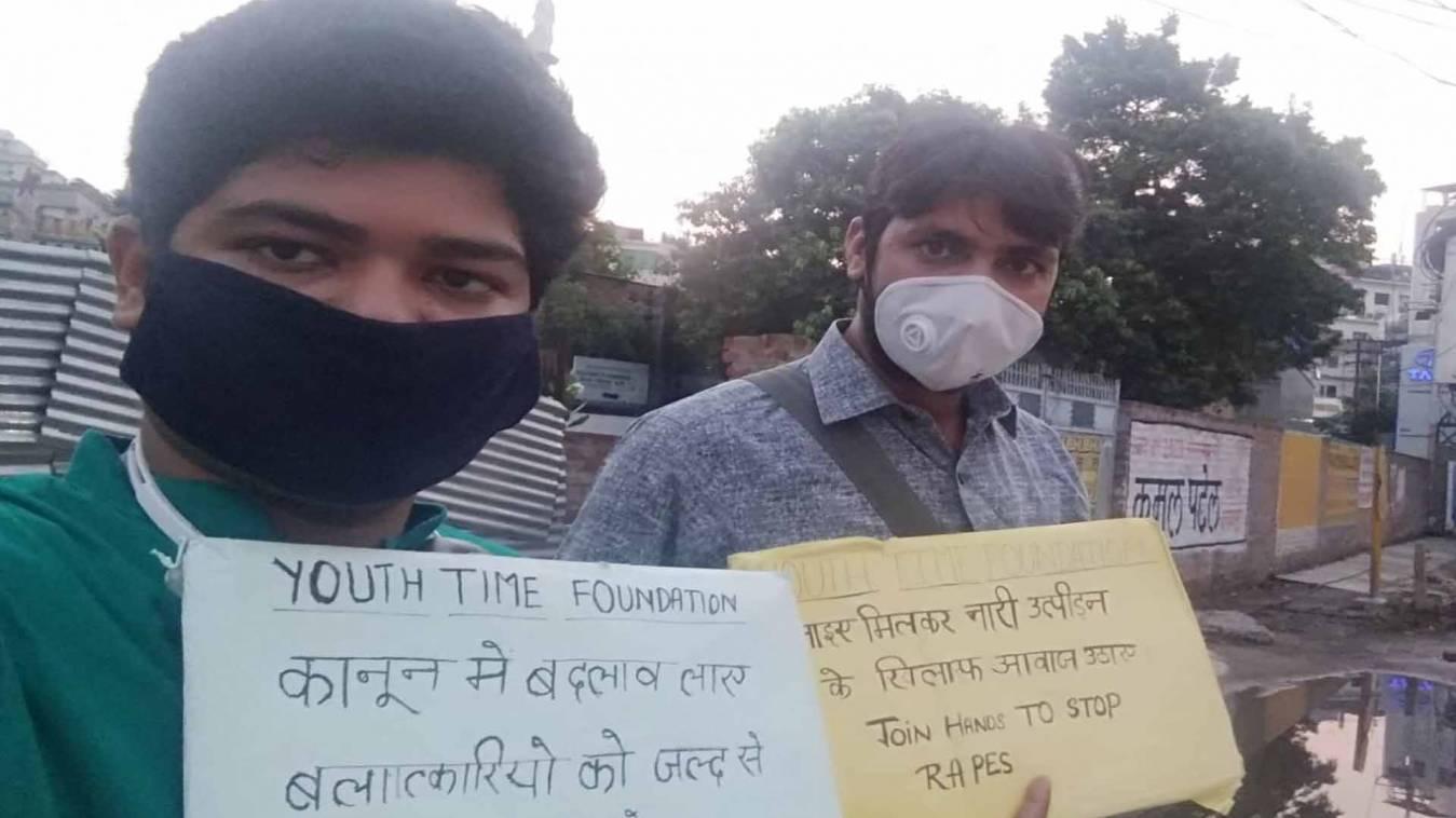 वाराणसी: मौन आंदोलन कर किया नारी उत्पीड़न का विरोध, कहा- बलात्कारियों को मिले फांसी की सजा