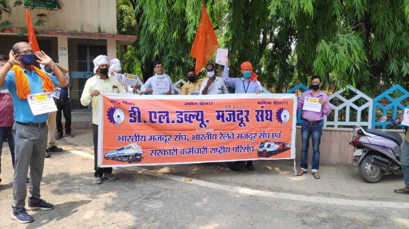 वाराणसी: डीरेका के निजीकरण के विरोध में उतरे सैकड़ों कर्मचारी, दी सरकार को चेतावनी
