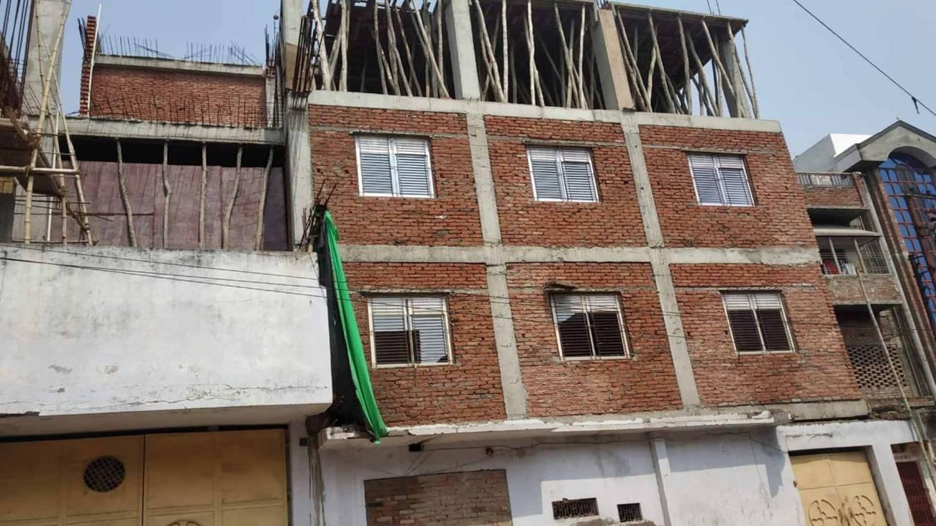 वाराणसी: धन-बल के बदौलत चल रहा अवैध निर्माण, बिना नक्शे के बन रहा खोजवां में मकान