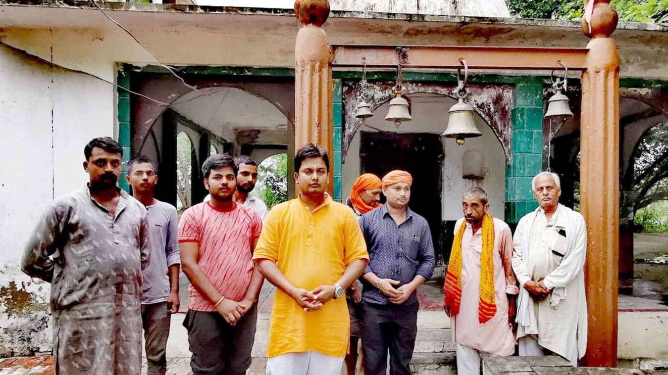 वाराणसी: प्राचीन शिव मंदिर से बेशकीमती कलश चोरी, अराजक तत्व मंदिर परिसर को बना रहे नशे का अड्डा