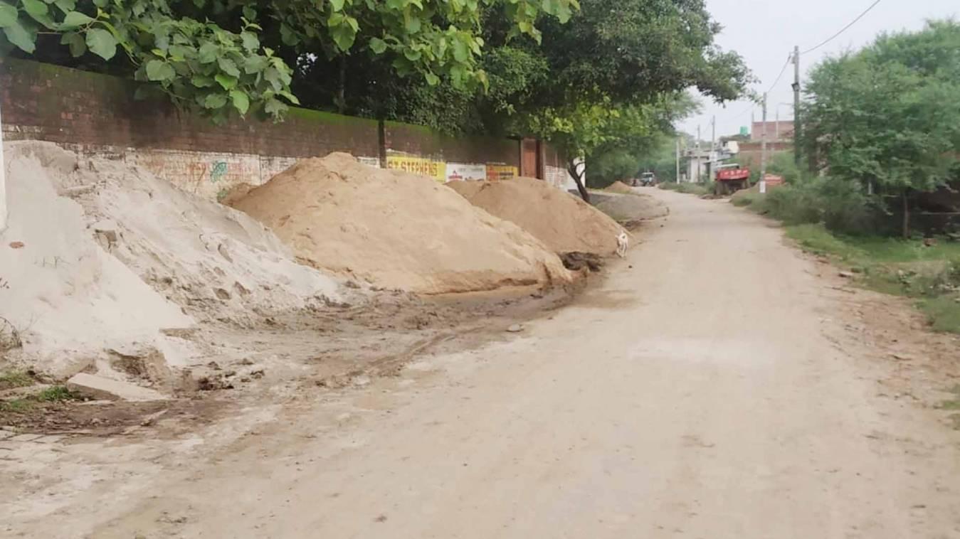 बनारस में मनमानी के आगे नतमस्तक हुआ प्रशासन, सड़क को ही बना दिया गिट्टी-बालू का गोदाम