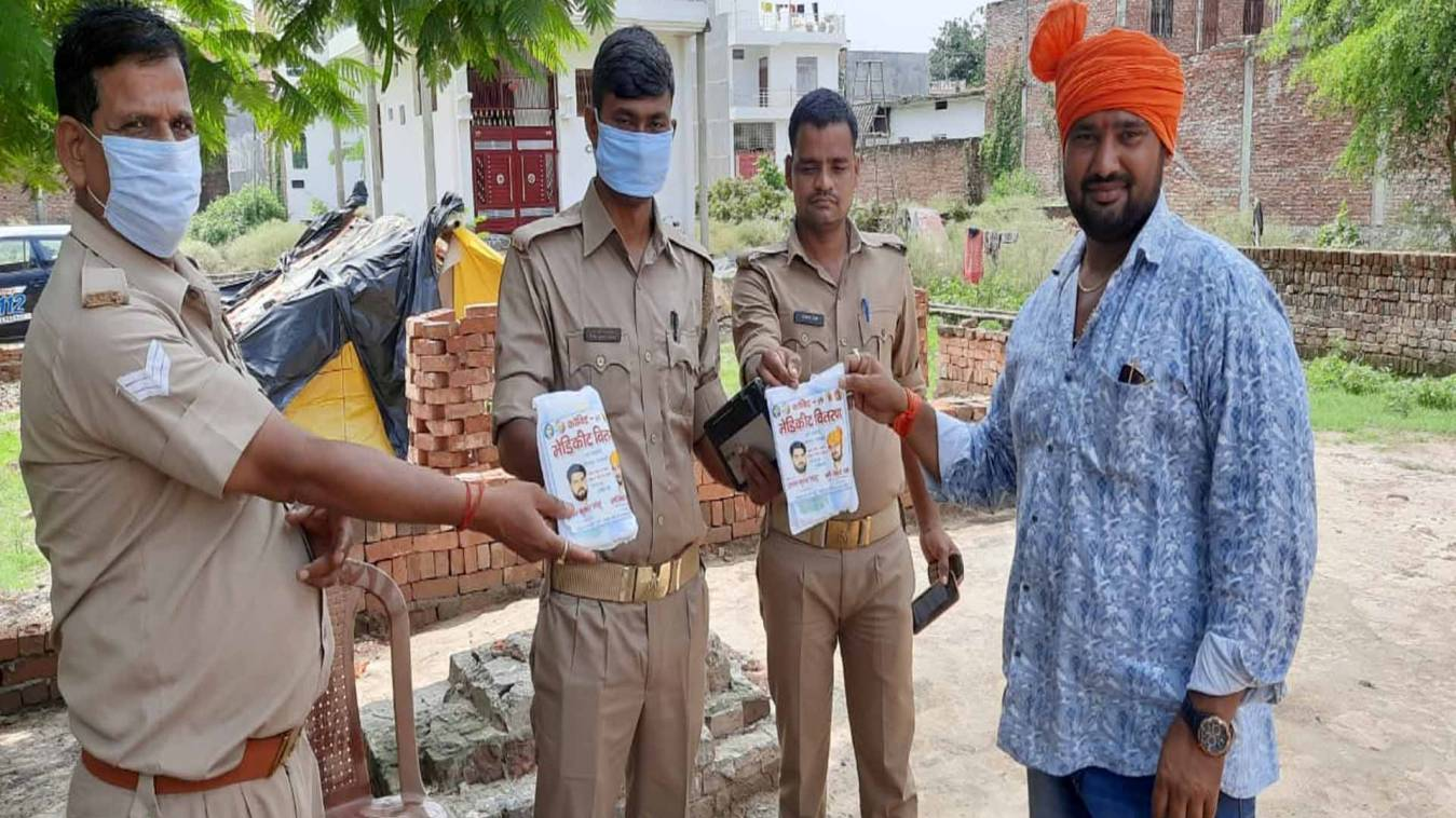 वाराणसी: पुलिसकर्मियों को मेडिकीट का वितरण,मिशन समाज सेवा ने जरूरतमंदो में बांटे मेडिकीट