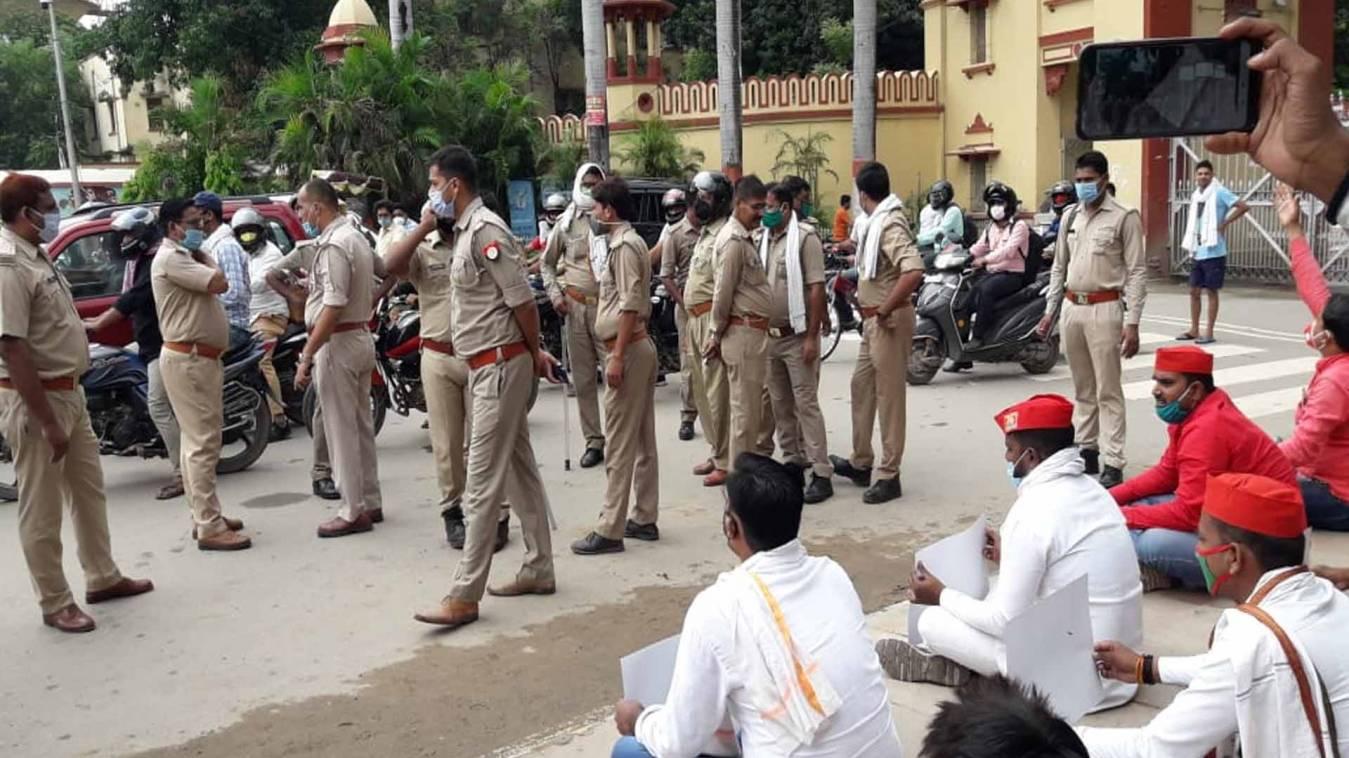 वाराणसी: पेट्रोलियमदामों में वृद्धि के खिलाफ प्रदर्शन कर रहे सपा कार्यकर्ताओं को पुलिस ने किया गिरफ्तार