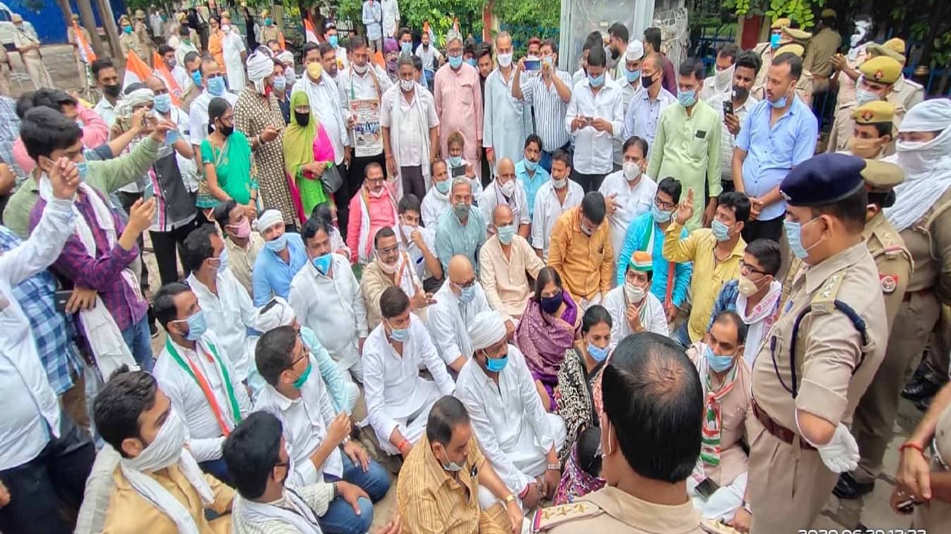 वाराणसी: पेट्रोल-डीजल के दामों में वृद्धि के खिलाफ कांग्रेस ने निकाला साईकिल जुलूस, पुलिस ने रोका तो किया धरना- प्रदर्शन