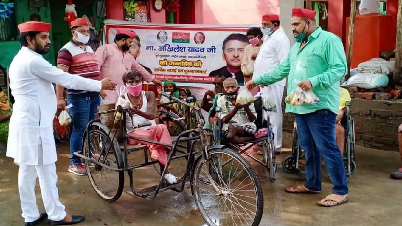 वाराणसी: असहायों की सेवा कर मनाया सपा अध्यक्ष अखिलेश यादव का जन्मदिन, लगाए पौधे