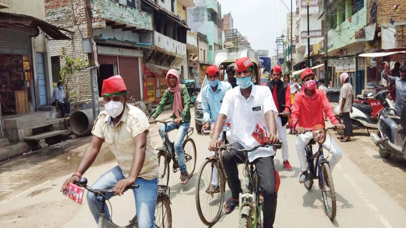 वाराणसी: साइकिल चलाकर मनाया सपा सुप्रीमो का जन्मदिन, घर-घर घूम कर बताया सपा शासन का काम