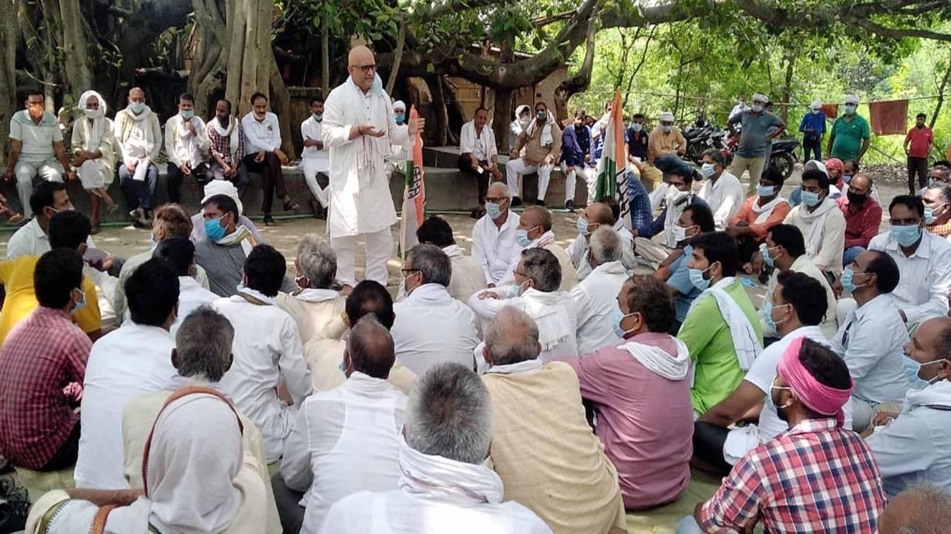 वाराणसी: कांग्रेसियों का तहसील पर प्रदर्शन, अजय राय ने कहा- मुश्किल वक्त पर मुनाफाखोरी कर रही मोदी सरकार
