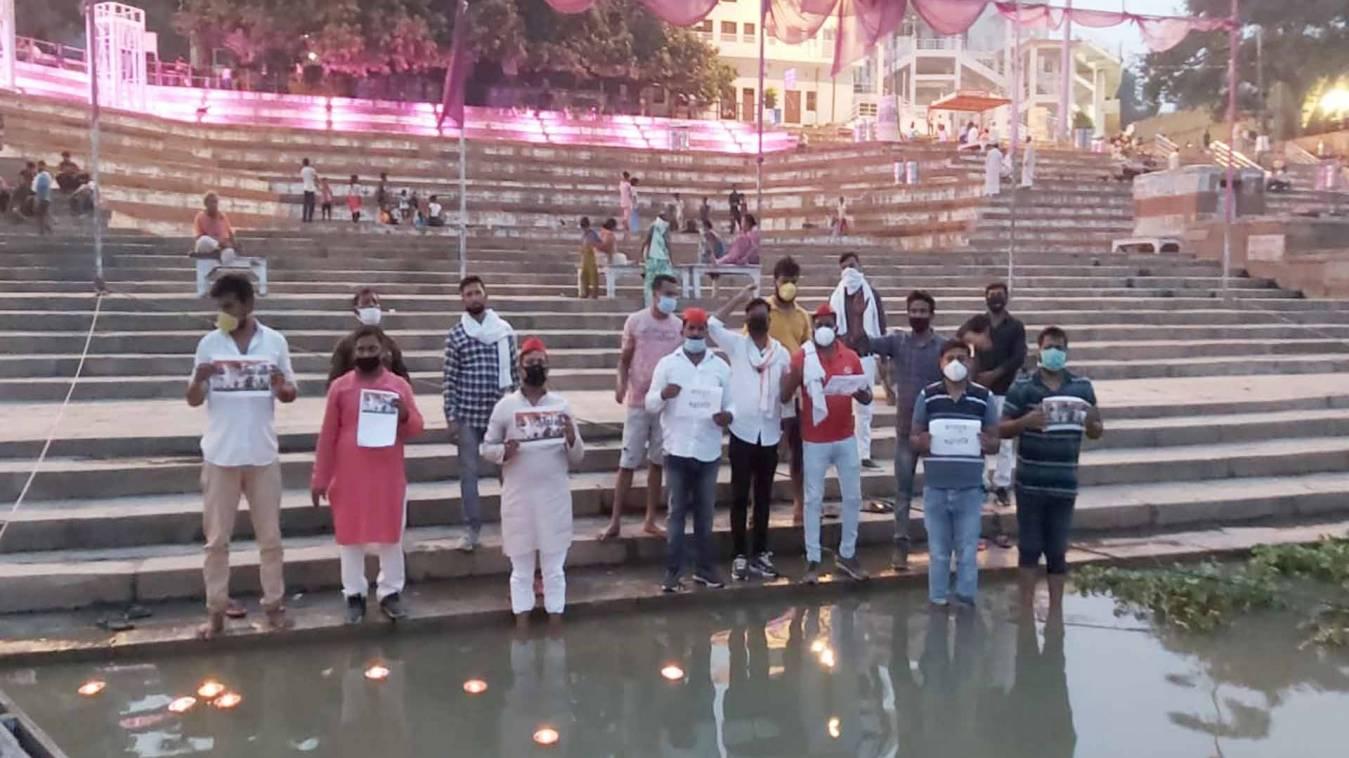 वाराणसी: कानपुर मुठभेड़ में शहीद पुलिस जवानों की स्मृति में समाजवादी युवजन सभा ने जलाए दीप