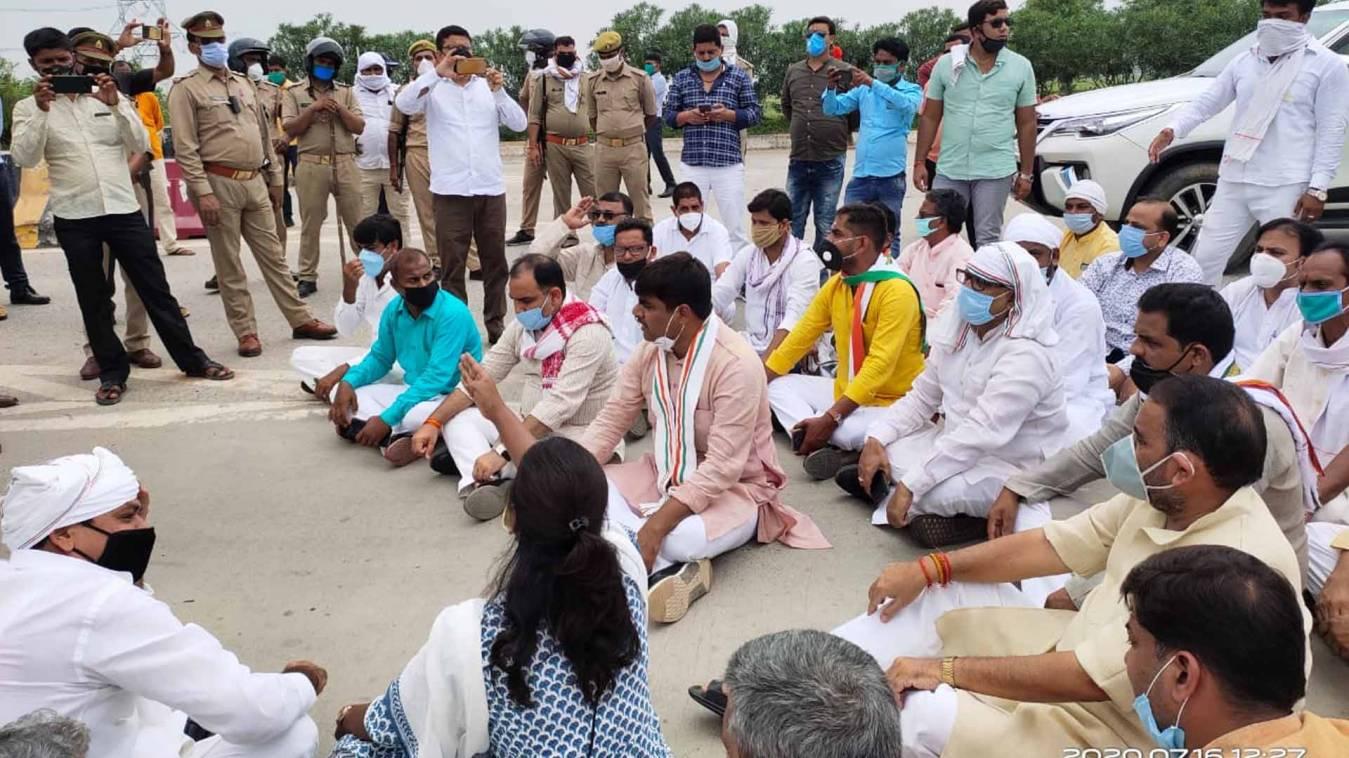 वाराणसी: उम्भा नरसंहार के बरसी पर जा रहे कांग्रेसियों को पुलिस ने रोका, लल्लू-अजय सहित दर्जनों नेता गिरफ्तार