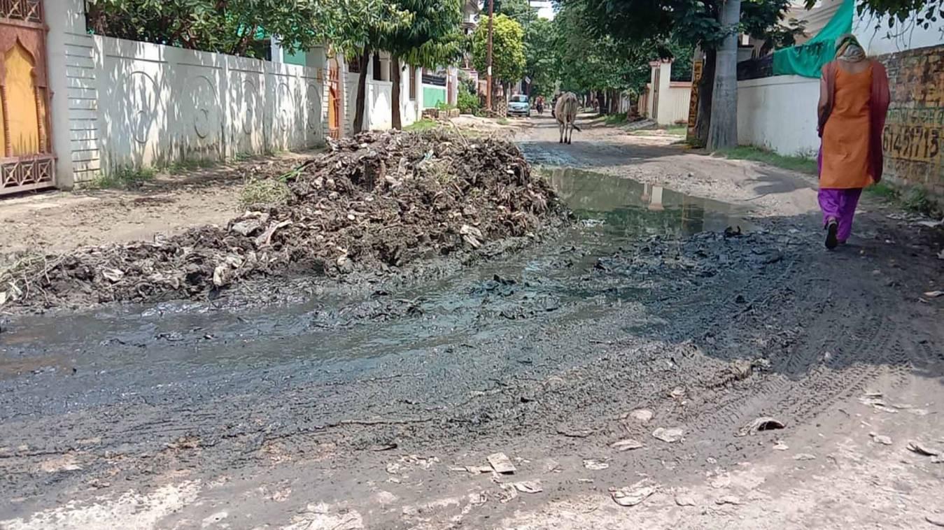 वाराणसी: सारी सरकारी कवायद फेल, बसही में सीवर ने बढ़ाई लोगों की मुश्किलें
