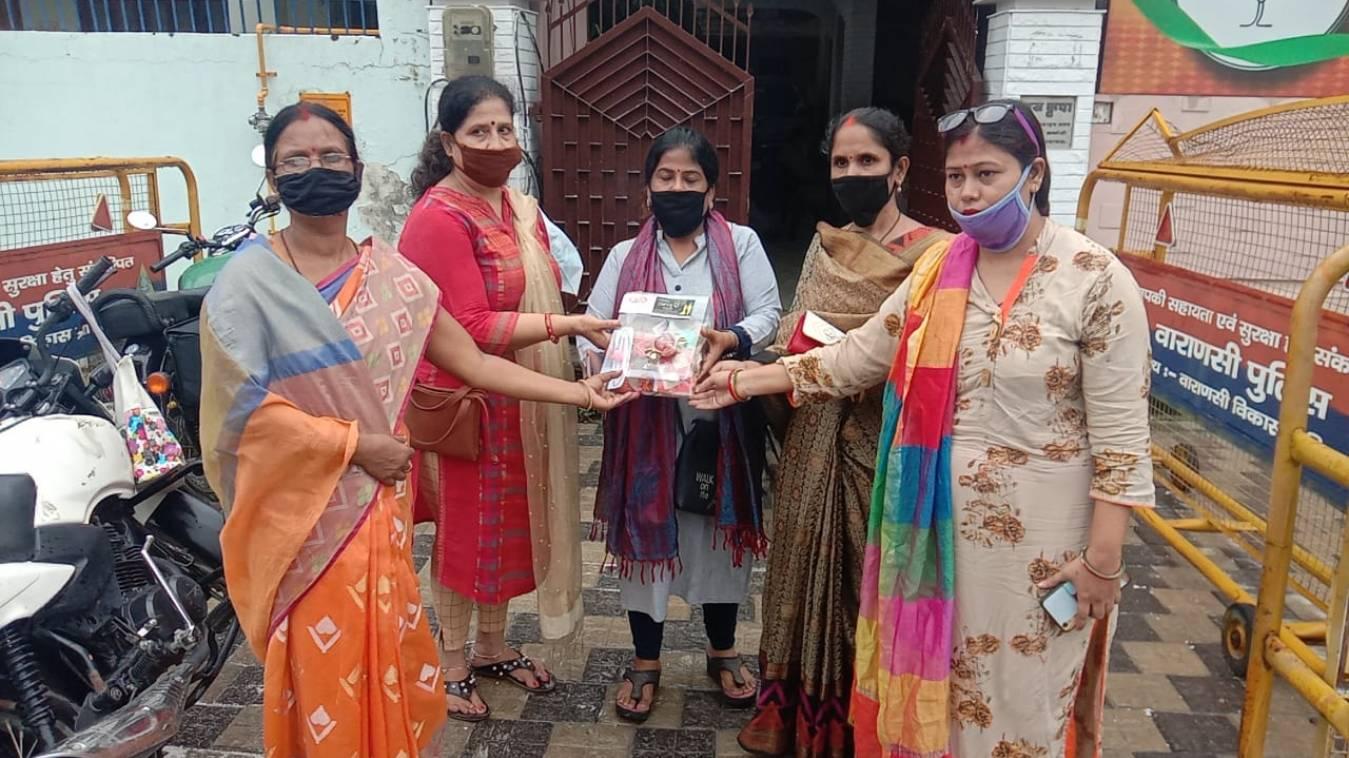 वाराणसी: काशी की बेटियों ने भेजी प्रधानमंत्री और देश के वीर जवानों को  राखियां