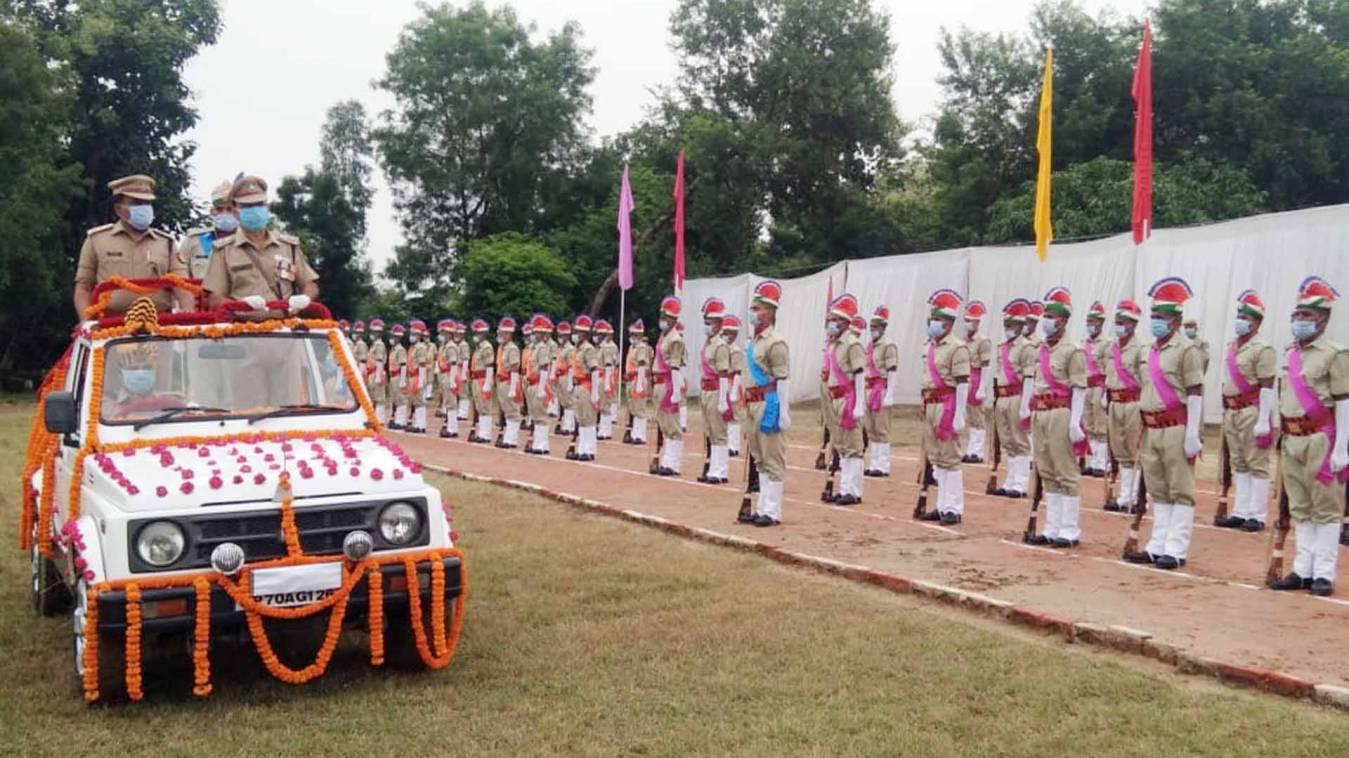 वाराणसी: पीएसी के 187 रंगरूट आरक्षियों ने सेनानायक को दी सलामी, परेड में दिखा ट्रेनिंग पूरा करने का उत्साह