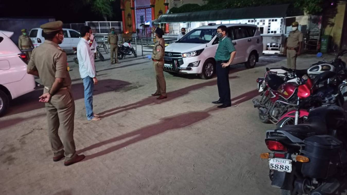 वाराणसी: शाम को एसएसपी संग डीएम निकले सड़क पर, बेवजह घूम रहे लोग आए निशाने पर