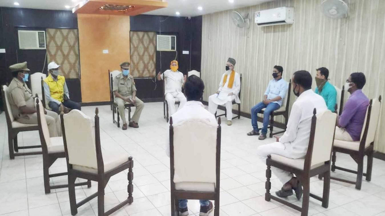 वाराणसी: कोरोना वायरस से बचाव के लिए घर पर ही मनाएं त्योहार, लक्सा थाने पर हुई शांति समिति की बैठक