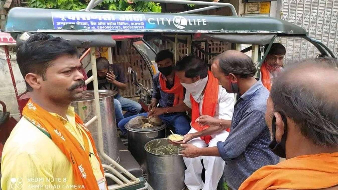 वाराणसी: जन्मदिन पर कमाया पुण्य, जरूरतमंद गरीबों में किया दो दिन भोजन वितरण