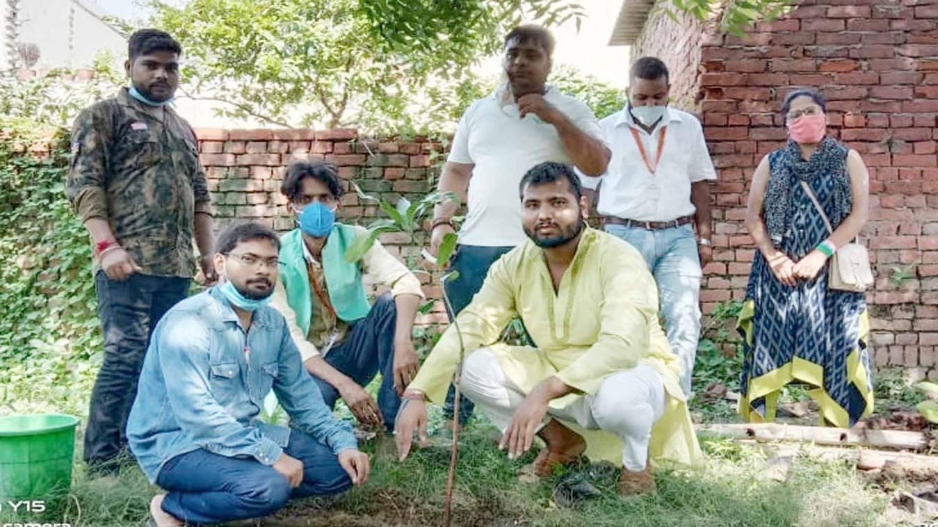 वाराणसी: 74वें स्वतंत्रता दिवस पर लगाए 74 पौधें, दिया पर्यावरण संरक्षण का संदेश