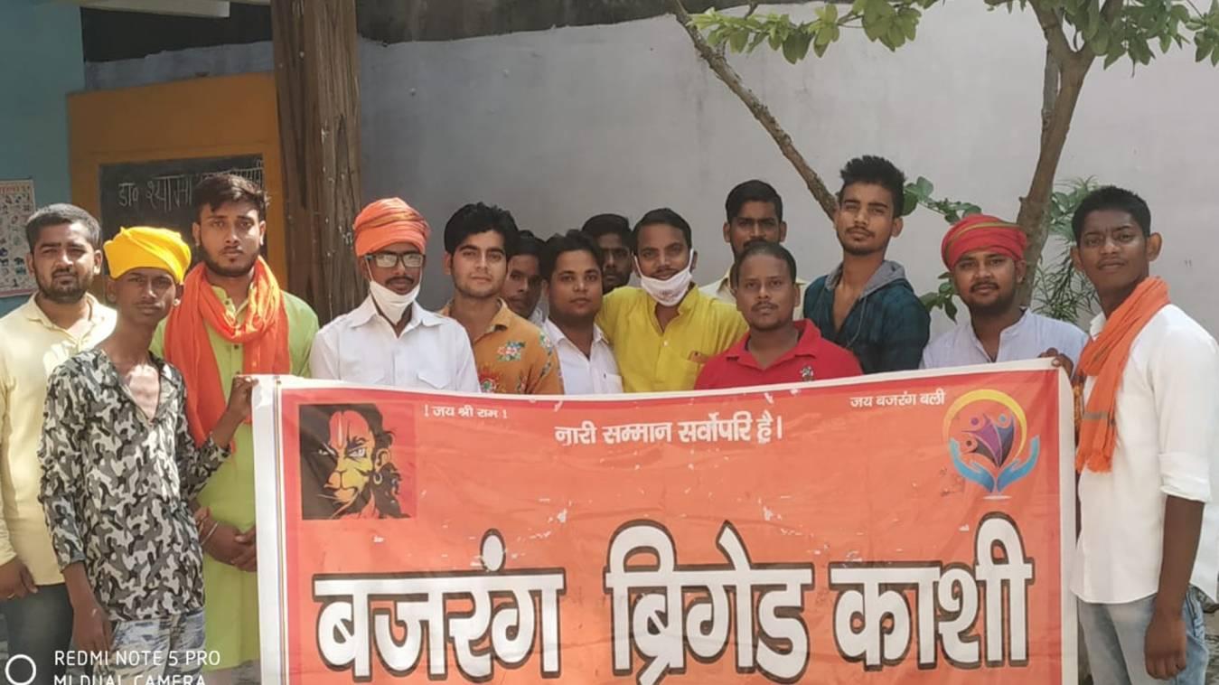 बजरंग ब्रिगेड काशी ने मनाया स्वतंत्रता दिवस, गरीब बच्चों में बांटी मिठाइयां