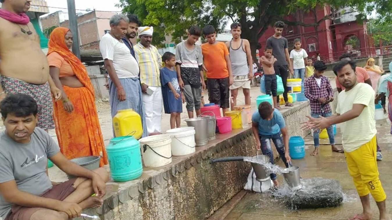 दो सप्ताह से जल संकट से जूझ रहे ग्रामीण,  सीएम योगी को ज्ञापन देकर किया प्रदर्शन