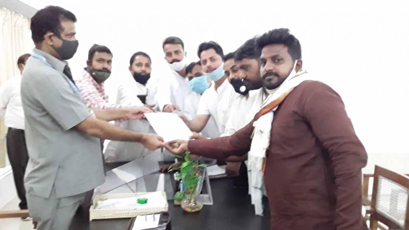 वाराणसी: धार्मिक स्थल के गली-चौराहों की मरम्मत के लिए सपा पार्षद दल ने नगर निगम को दिया ज्ञापन