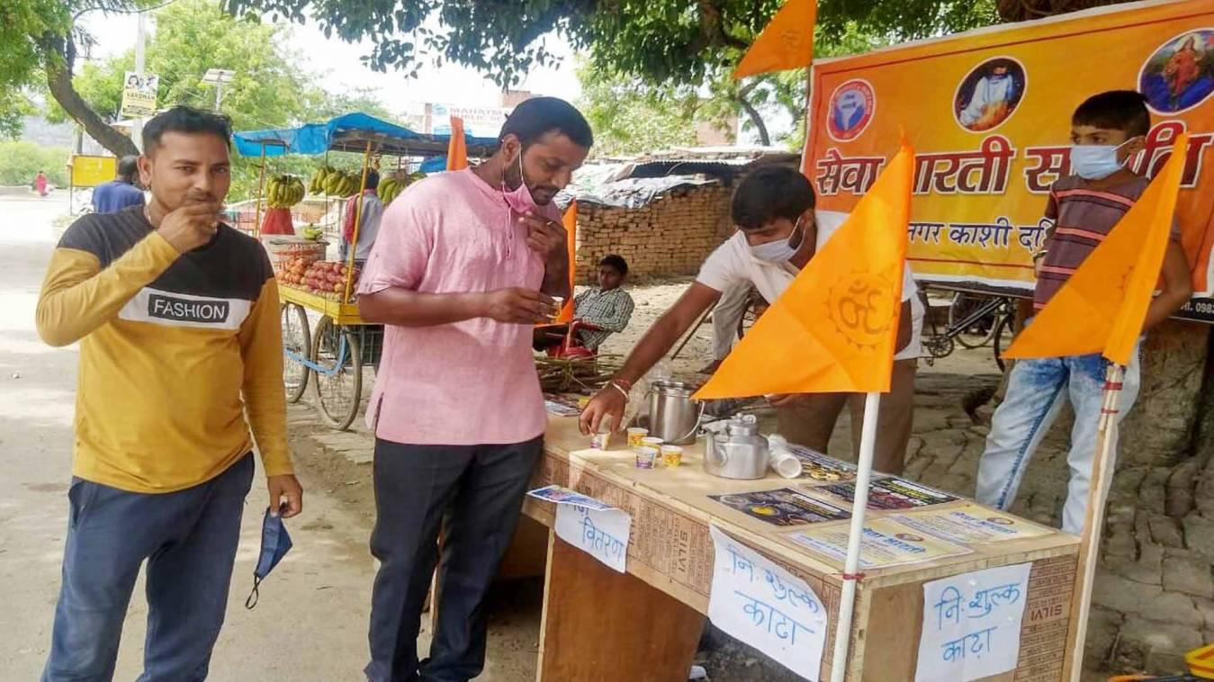सेवा भारती समिति ने पिलाया औषधीय काढ़ा, बताये गुण
