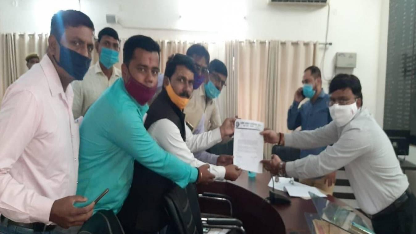 वाराणसी: ग्रामीण पत्रकार एसोसिएशन उत्तर प्रदेश की ओर से अर्नब गोस्वामी के रिहाई को लेकर सौपा गया ज्ञापन