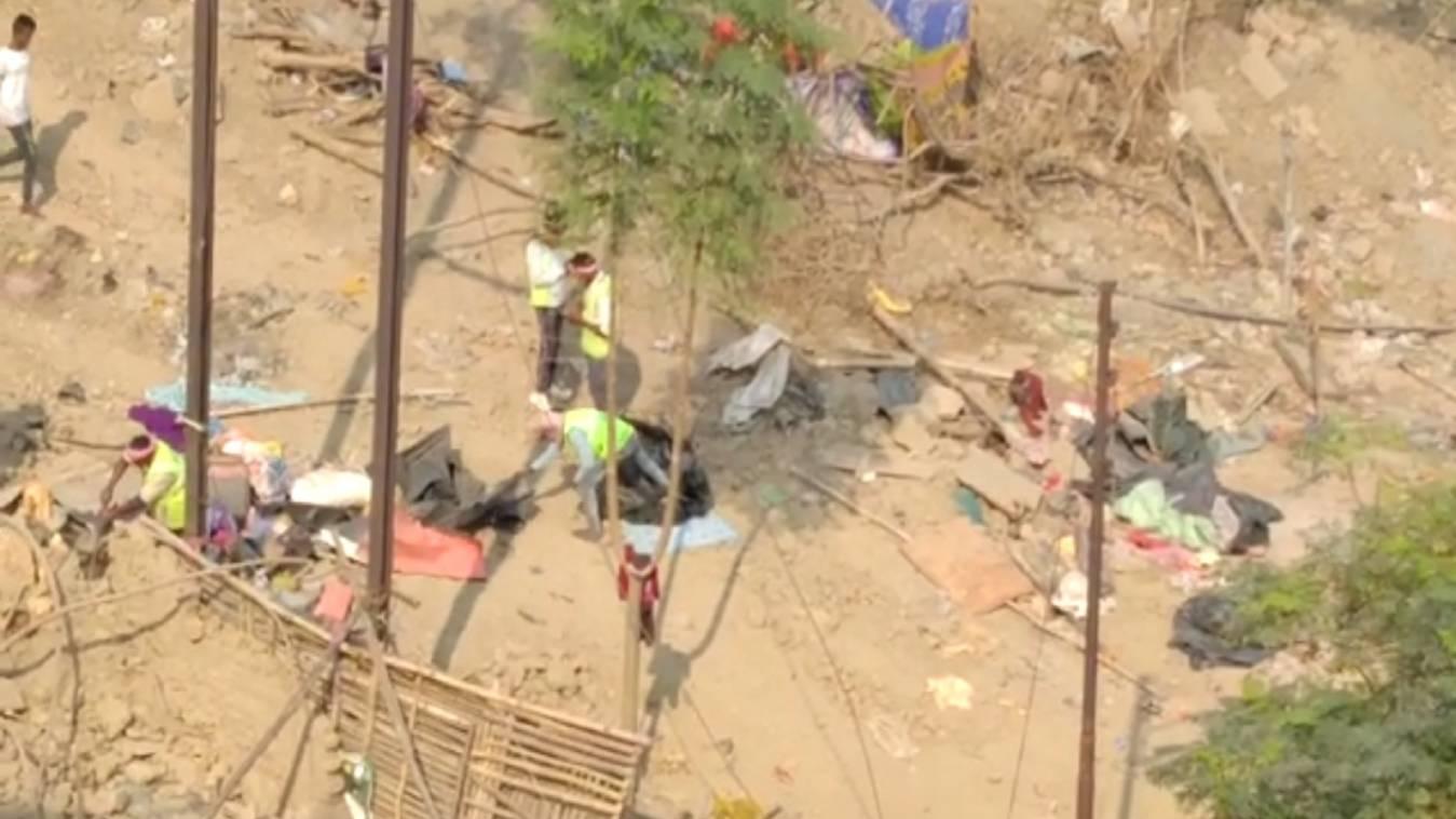 नगर निगम द्वाराराजघाट पुल के नीचे अवैध अतिक्रमण किया गया साफ़