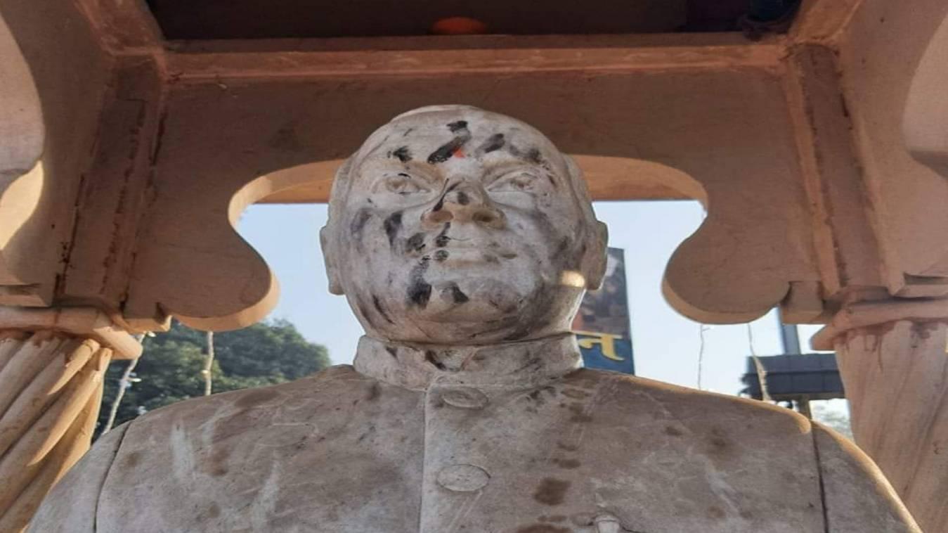 मैदागिन चौराहा स्तिथ पूर्व प्रधानमंत्री राजीव गांधी की प्रतिमा पर पोती गयी कालिख