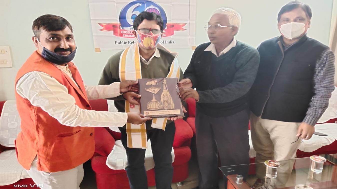 पब्लिक रिलेशन सोसाइटी ऑफ इंडिया वाराणसी चैप्टर द्वारा के.एस मूर्ति को दी गई भावभीनी विदाई