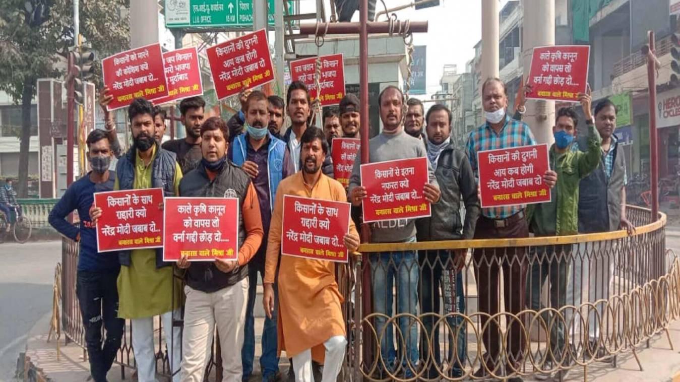 किसान आंदोलन पर कांग्रेसियों ने प्रतीकात्मक फांसी लगाकर सरकार का किया विरोध