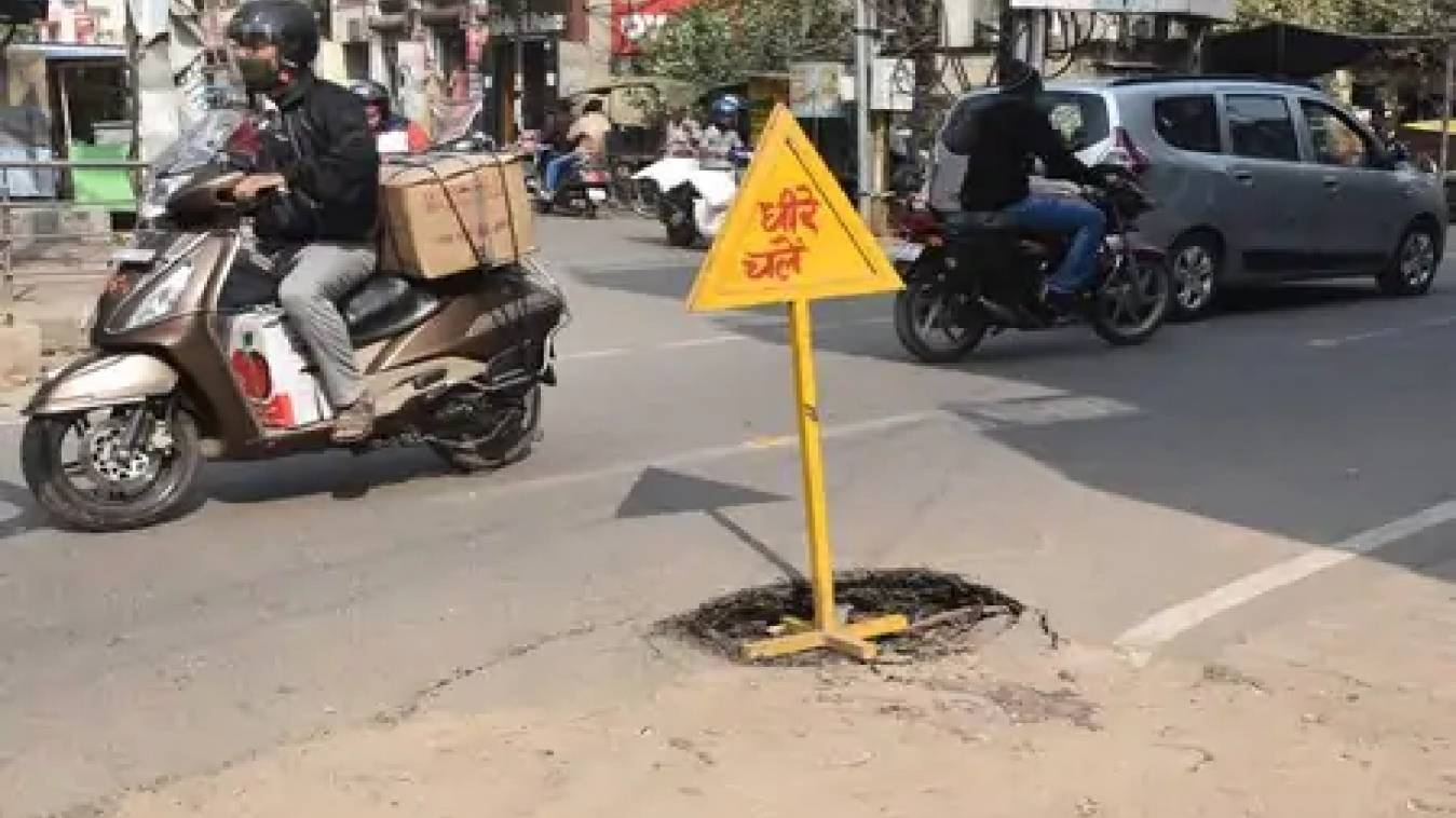 भारी वाहनों के आवागमन से क्षतिग्रस्त सड़क,राहगीर हो रहे है दुर्घटना के शिकार