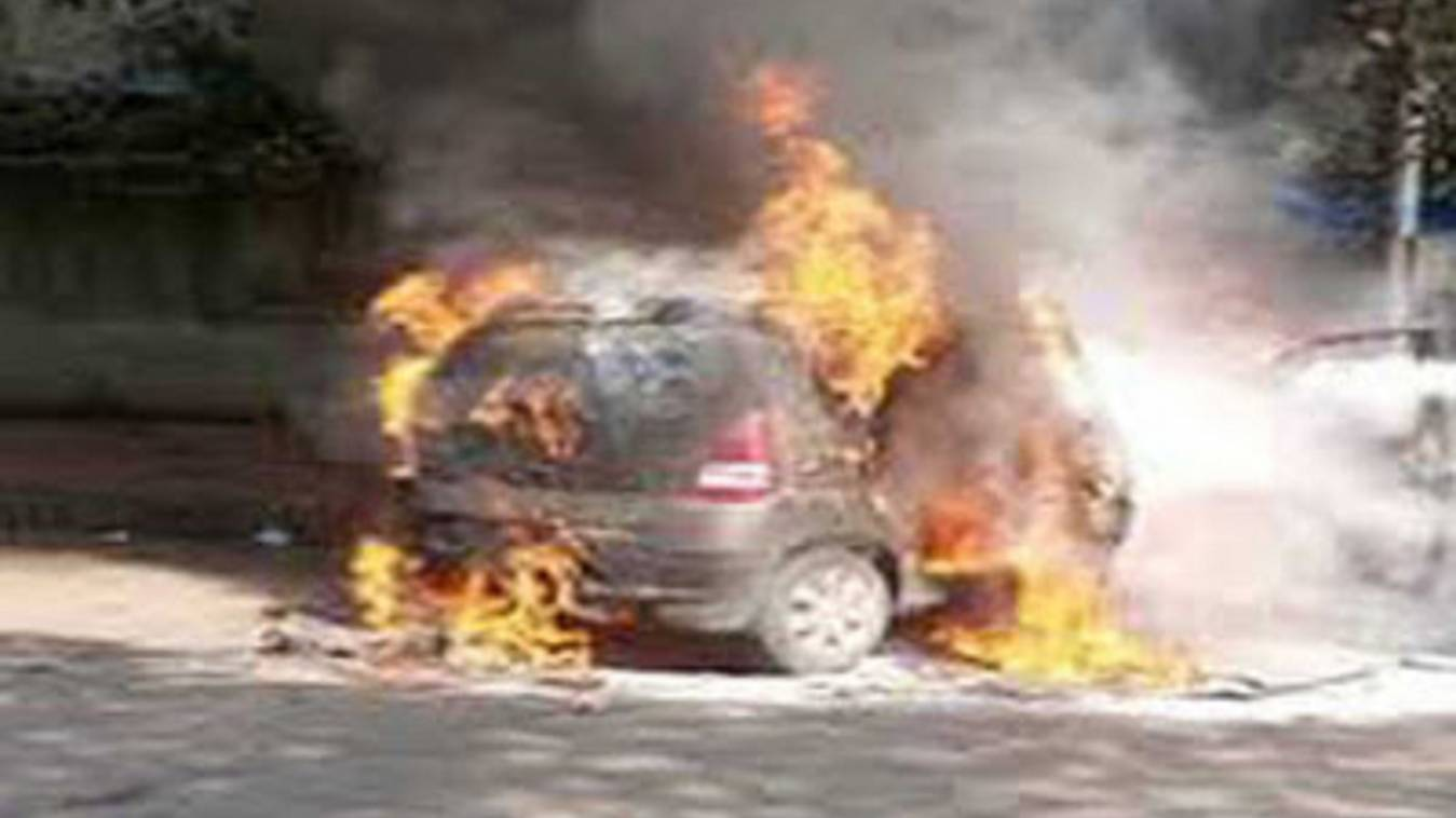 अचानक लगी चलती कार में आग, पांच लोगों की मौत