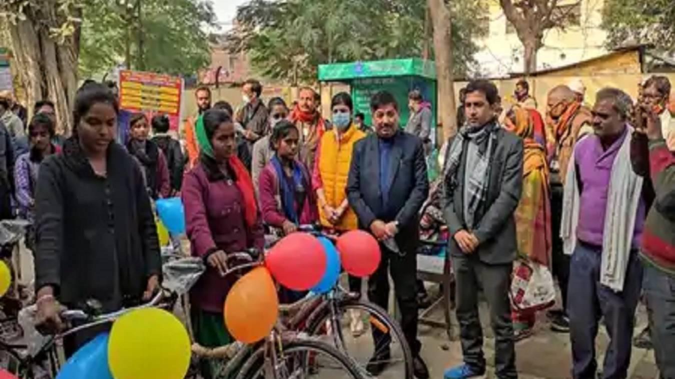 10वीं व 12वीं पास छात्रों को मिली साइकिल