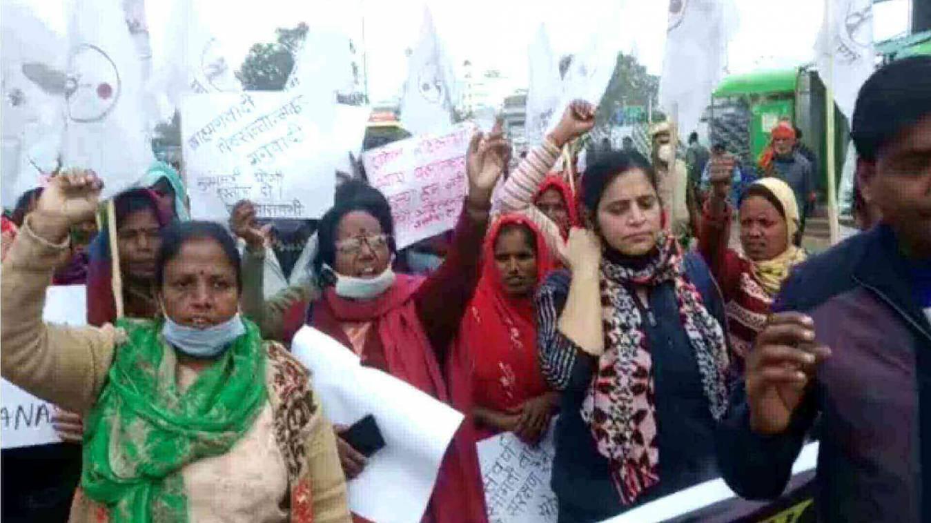 बदायूं गैंगरेप के बाद वाराणसी में महिलाओं ने किया सरकार का विरोध, लगाएं सरकार विरोधी नारे योगी सरकार के इस्तीफे की मांग