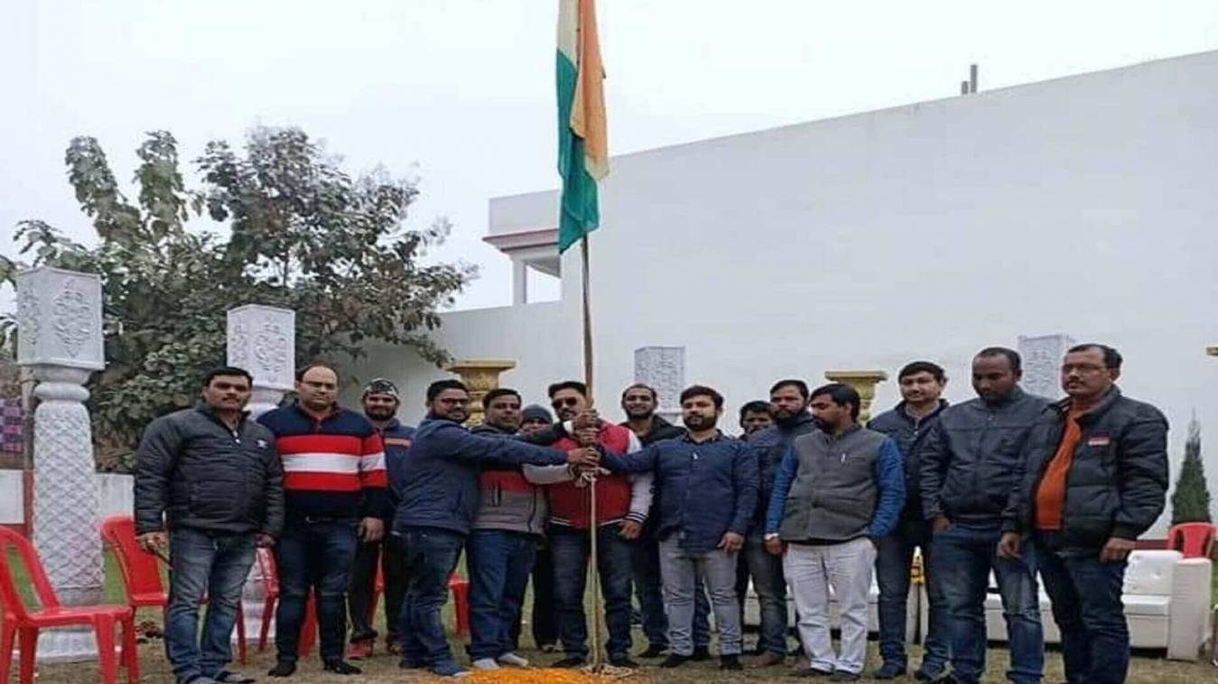 समाजसेवीयों, पत्रकारों ने ध्वजारोहण कर मनाया गणतंत्र दिवस