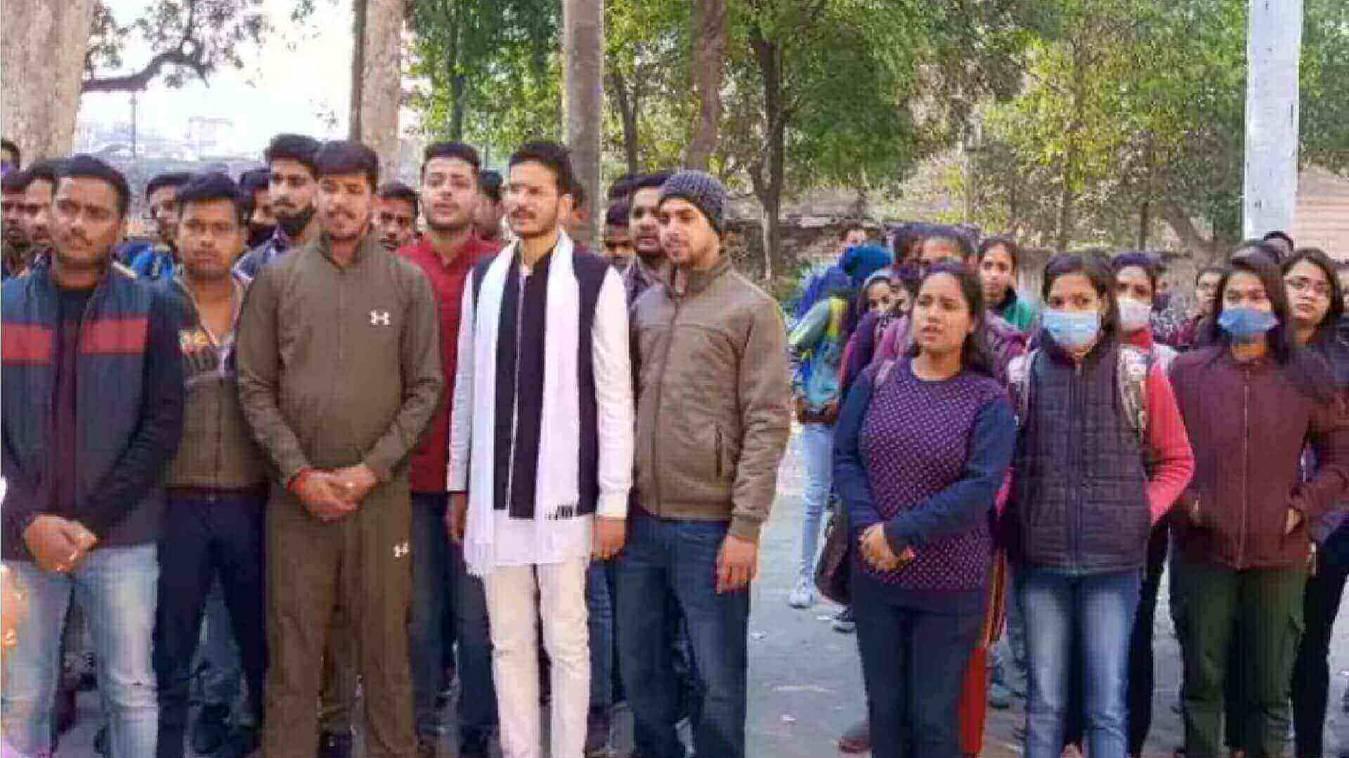 काशी विद्यापीठ के छात्रों ने पत्रकारों के खिलाफ हो रहे एफआइआर पर रखा मौन व्रत, पढ़ा संविधान की उद्देशिका