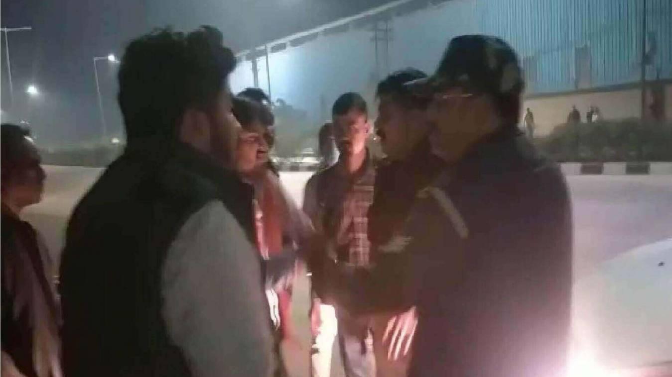 नशे में धुत सिपाहियों ने छात्र नेताओं से की बदसलूकी, मुक़दमा दर्ज