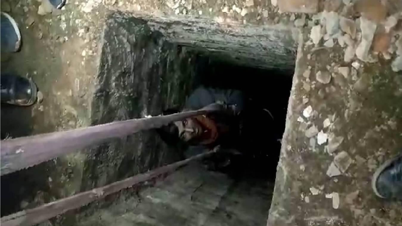 40 फिट गहरे सीवर में फसे एक राहगीर कि वाराणसी पुलिस ने बचाई जान