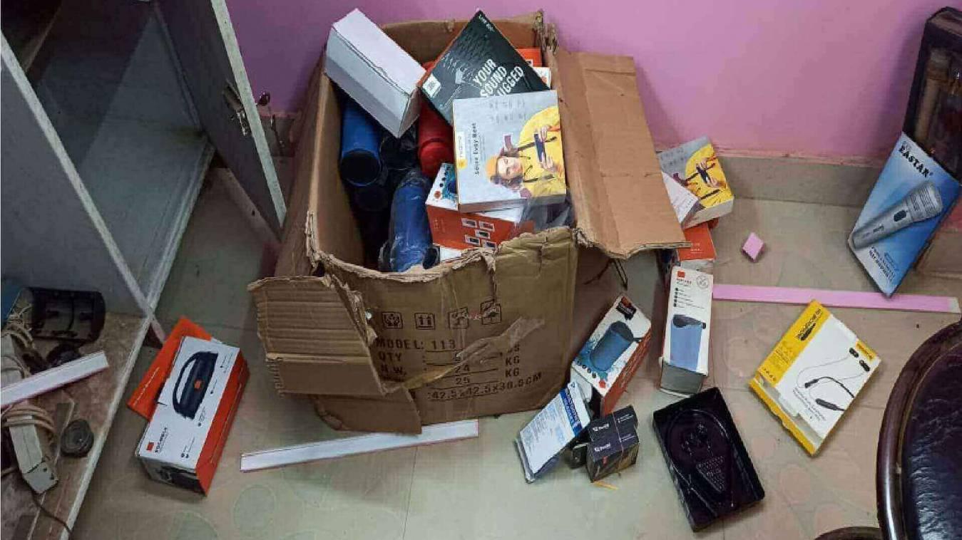 मोबाइल की दुकान से लाखों की चोरी